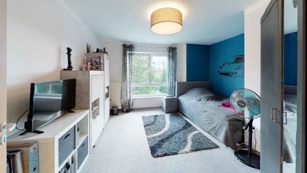 Groes-Einfamilienhaus-mit-ELW-2-Garagen-und-Hebebuhne-mit-toller-Aussicht-Bedroom(1)