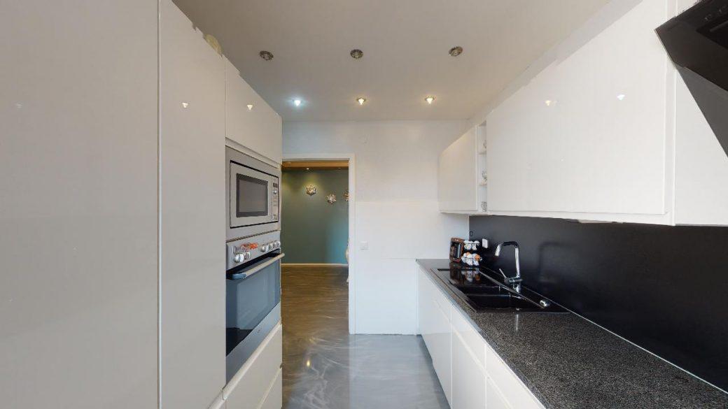Modernisierte-45-Zimmer-Wohnung-4-Parkplatzen-und-Balkon-in-Nurtigen-09302020_222429